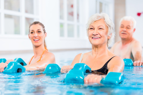 Osoby uprawiające aerobik w wodzie