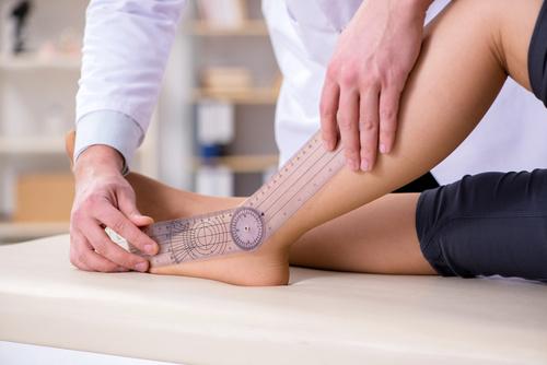 Lekarz sprawdzający elastyczność stawów u pacjentów