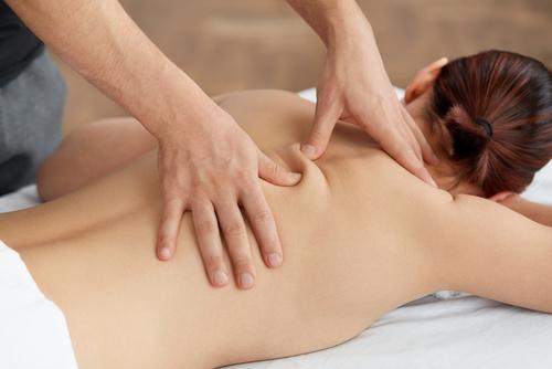 Kobieta w trakcie masażu